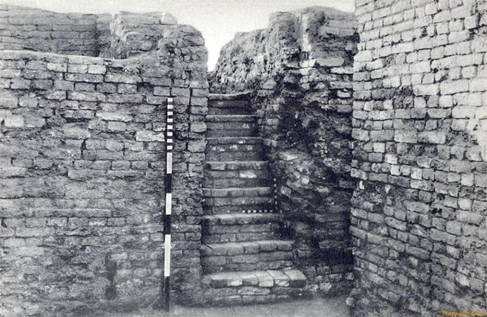 """A flight of eights steps on the west side of Courtyard 6 leads up to Well No. I (Plate XLIII, b [shown]). This well, 3 ft. 5 in. in diameter, and lined with well-burnt, wedge-shaped bricks, was cleared to a depth of 41 feet, when 4 feet of water was obtained."" (H. Hargreaves, HR Area,p. 179 in Marshall, Mohenjo-daro, p. 179)."